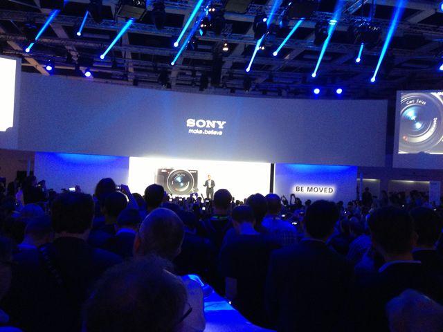 Sony mit neuem Smartphone und Objektiv-Kameras